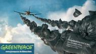Greenpeace setzt Goldelse eine Feinstaubmaskeauf!