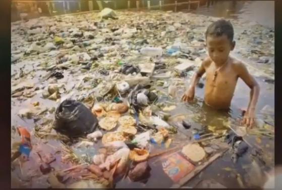 Kind im Müllwasser